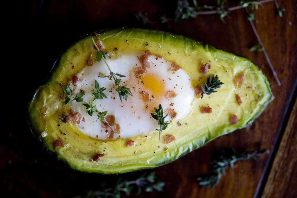 Huevos en aguacate 2