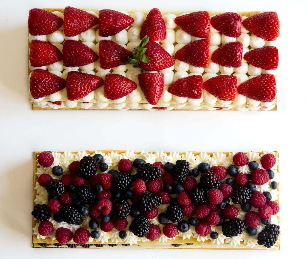 Tarta milhojas de hojaldre con nata y frutos del bosque 9