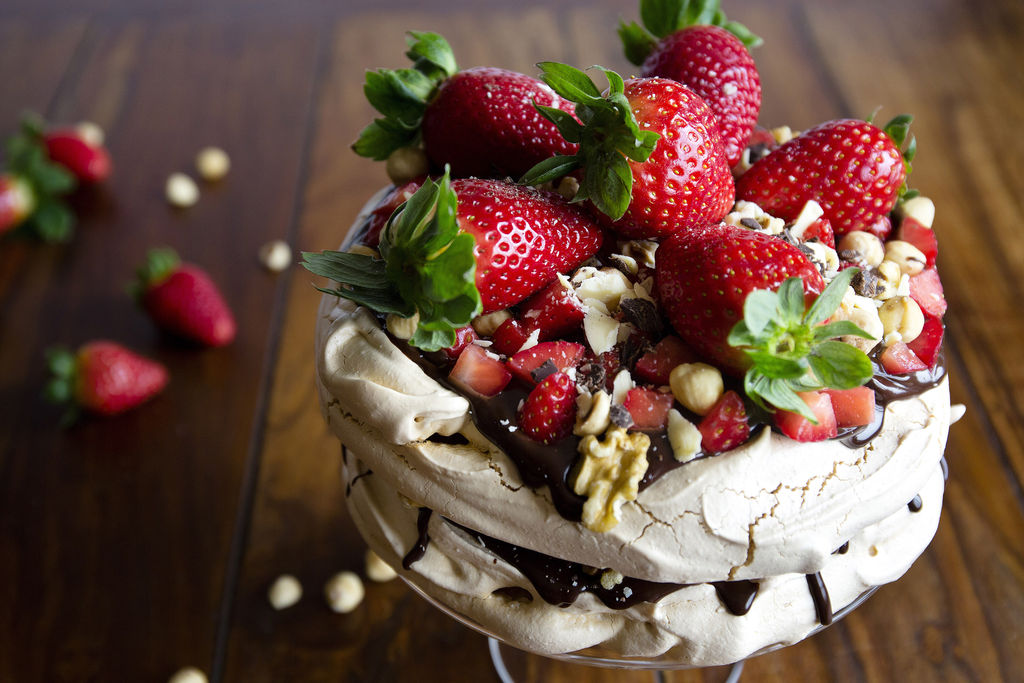Pavlova con ganache de chocolate negro y fresas 2