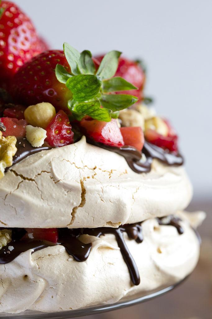 Pavlova con ganache de chocolate negro y fresas 4