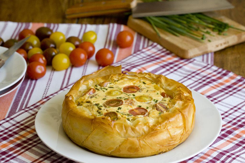 Tartaleta crujiente de queso y tomatitos de colores 4