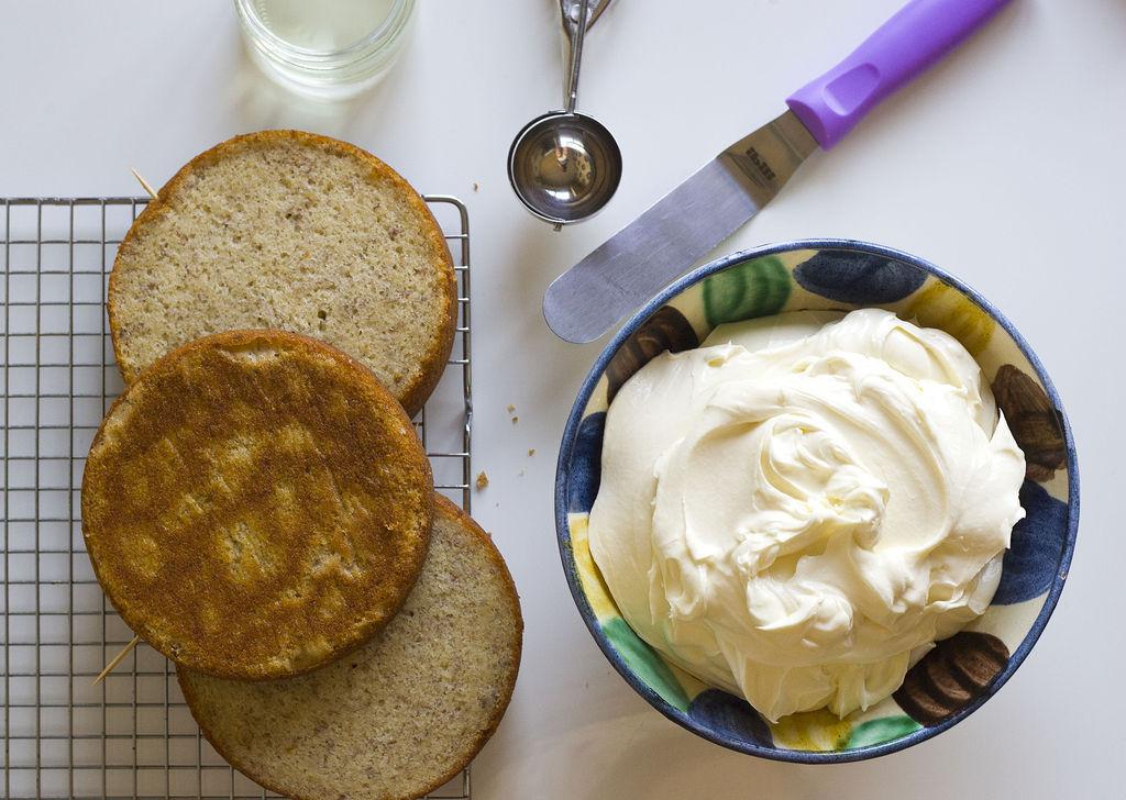 Tarta de plátano y buttercream de chocolate blanco (efecto pinceladas) 6