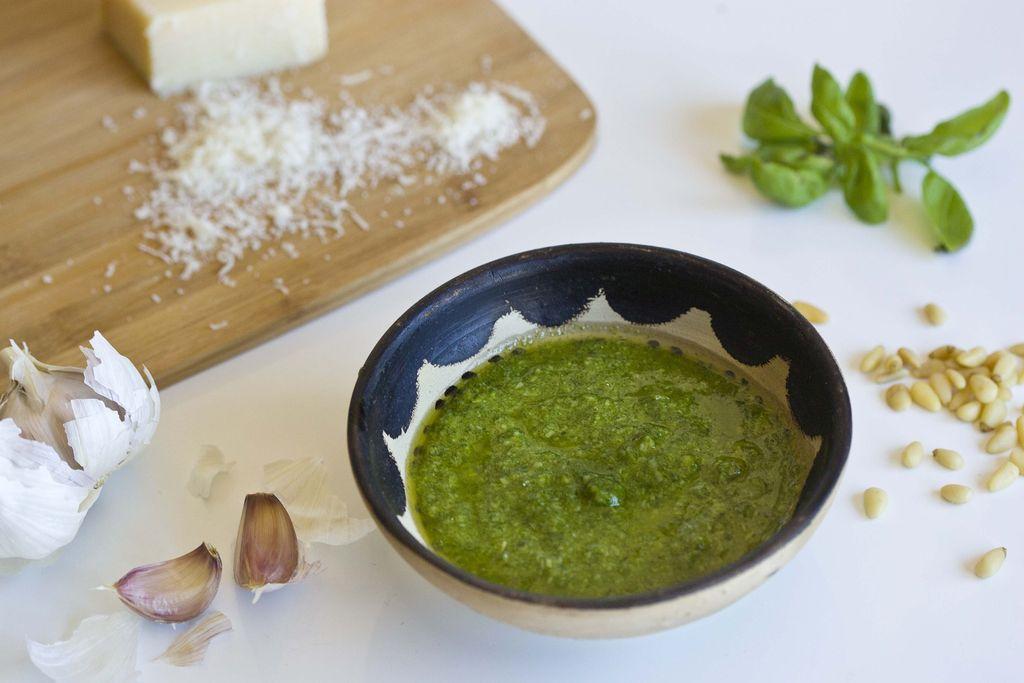 Ensalada de pasta Caprese con salsa pesto 4