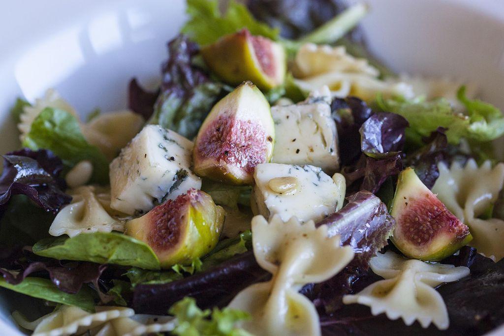 Ensalada de pasta farfalle con higos, piñones y queso gorgonzola 4
