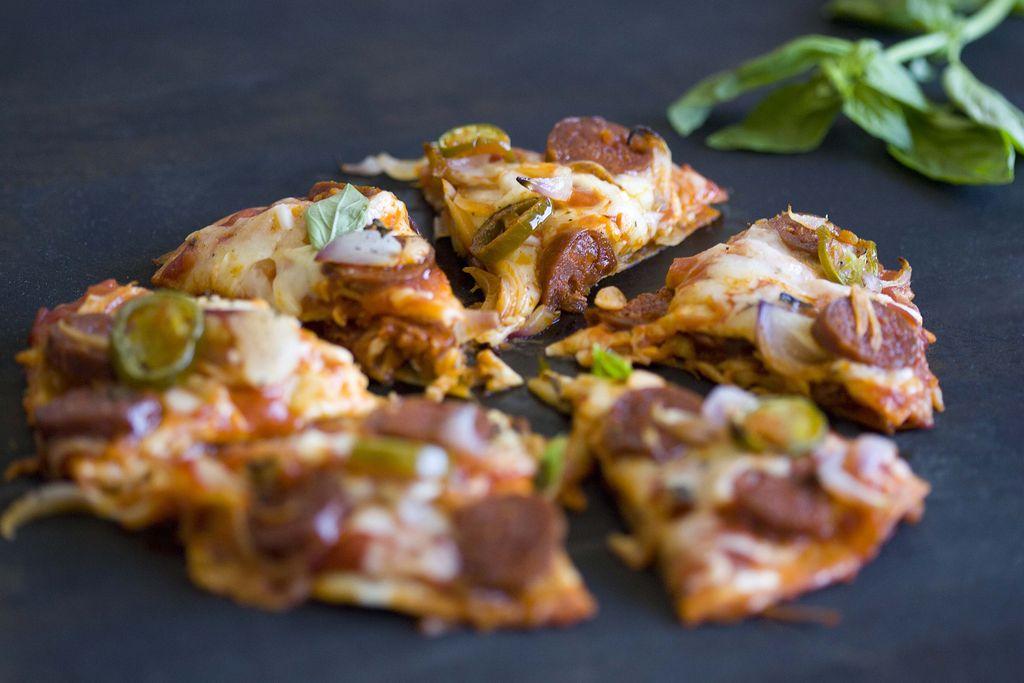 Pizzadilla de chorizo, mozzarella y jalapeños 2
