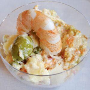 ensaladilla-rusa-con-mayonesa-casera-y-langostino-cocido