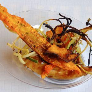 pollo-de-corral-marinado-con-salsa-de-soja-miel-y-vinagre-con-chips-de-zanahoria-calabaza-y-calabacin
