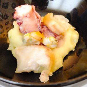 pulpo-cocinado-al-vacio-y-a-baja-temperatura-con-berberechos-lascas-de-bacalao-y-pure-de-patata-con-zumo-de-jengibre-y-cilantro