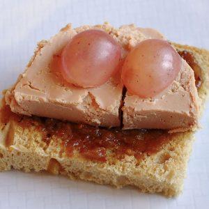 tosta-de-foie-con-confitura-de-higos-y-uvas-rosas-de-alicante