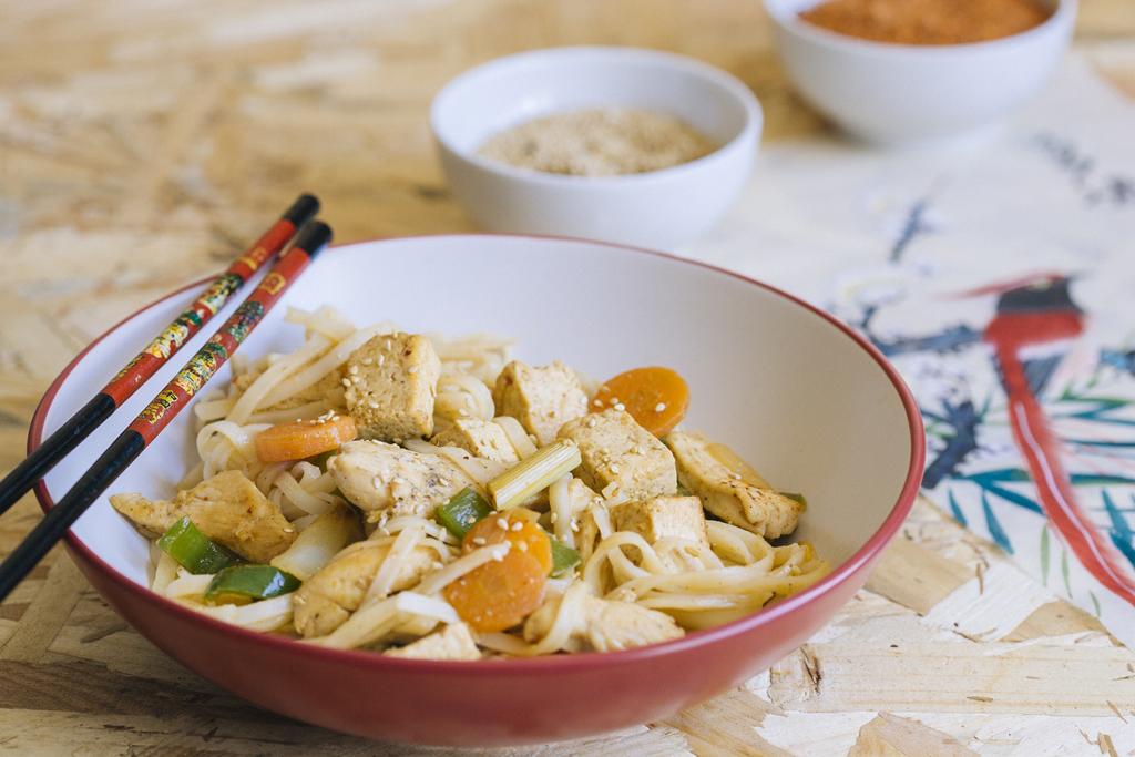 Tallarines de arroz con pollo, tofu picante y lemongrass
